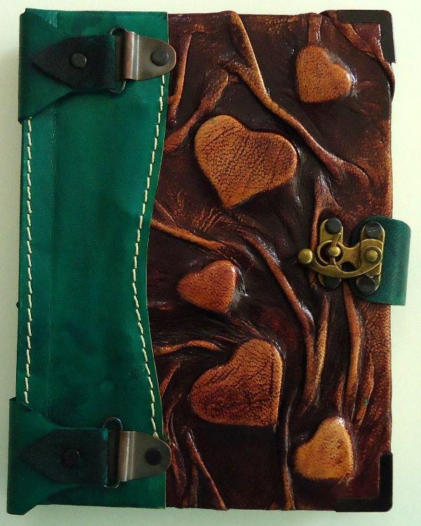 """""""Diario Amor""""   Diario de diseño único, color verde-café o color café-purpura hecho completamente a mano con piel genuina de la más alta calidad y con hermosos corazones resaltados al frente."""