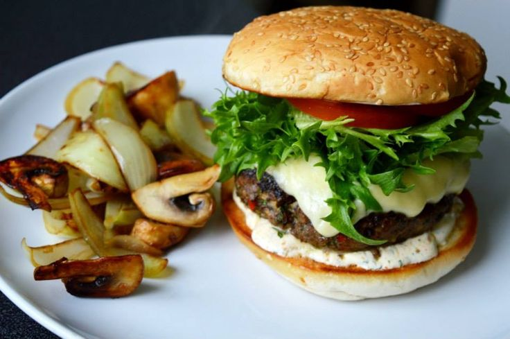 Utrolig god hjemmelaget hamburger med litt chili og hvitløk! Veldig enkel å lage og så utrolig saftig og god! Følg denne enkle oppskriften og fremgangsmåten