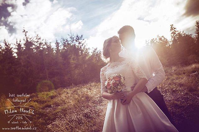 Focení v podvečerních hodonách... Je třeba k tomu něco dodávat? Prostě takovou atmosféru jindy na fotkách vykouzlit nejde. Fotka ze svatby Petry a Dušana. #svatba #wedding #svatebnifoto #weddingphoto #svatebnifotograf #weddingphotographer #czechwedding #czechphotographer #czechweddingphotographer #nevesta #zenich #jiznicechy #southbohemia #ceskakanada #zvule #rybnikzvule #chatyzvule #podvecer #protisvetlo #paradniatmosfera #mamsvojipracirad #fotiltomilan