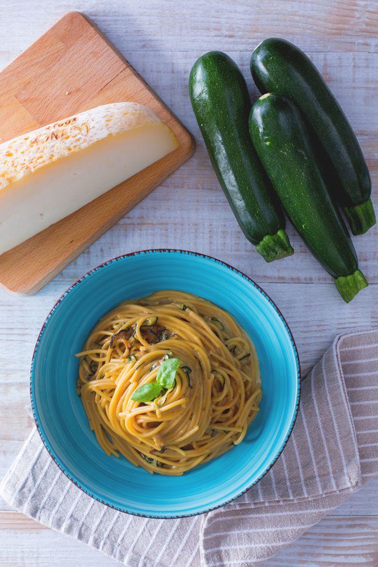 Gli spaghetti alla Nerano sono un primo piatto della tradizione campana che conquista da sempre con la sua genuina semplicità... siete curiosi di assaggiarlo? (Spaghetti with fried zucchini and Provolone del Monaco cheese)