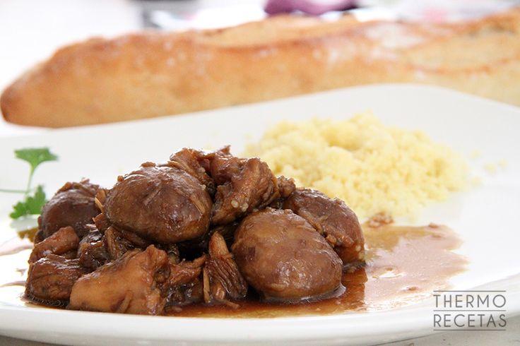 Pechuga de pollo con champiñones bañada en una salsa dulce de soja, un plato para acompañar con arroz blanco o cuscús.