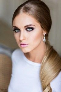 Such elegance in this sleek & smooth plain ponytail #wedding #hairstyle. The stronger eye makeup makes a perfect contrast x