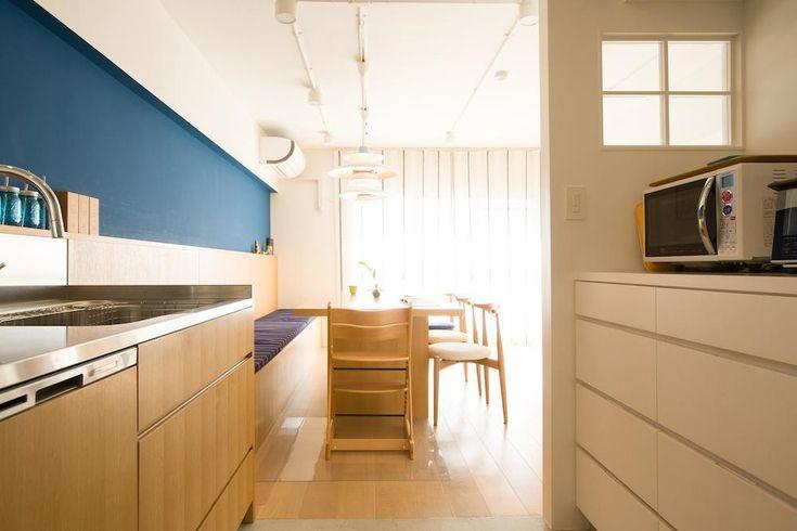 キッチンとダイニングの程よい距離感と位置関係で会話も弾みます。<br /> キッチンはダイニングから続くような位置にありますが、冷蔵庫などの家電類はリビングからは見えない配置にしました。この配置のおかげで、「仕舞いたい派」の奥様も満足のスッキリした暮らしが実現しました。キッチン背面にある収納の脇は袖壁で陰になる位置ですが、小窓を付けることで光が入り、明るい造りになっています。 専門家:EcoDeco(エコデコ)が手掛けた、キッチンは隠す収納でスッキリ(スープの冷めない距離がいい 子育てしやすい団地リノベーション)の詳細ページ。新築戸建、リフォーム、リノベーションの事例多数、SUVACO(スバコ)