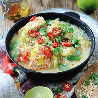 Kanske låter det konstigt att blanda i marmelad i maten, men den ger en väldigt god apelsinsmak till den här asiatiska grytan med kokos, ingefära och lime.