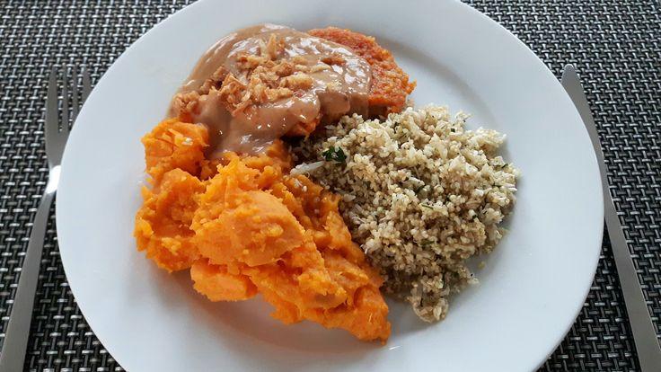 Zoete aardappel, quinoa met taugé en selderij, zwarte peper, zeezout, vegetarische burger, satésaus, gebakken ui