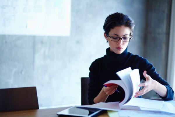 Sono considerate più intelligenti - Le ragazze con gli occhiali sono automaticamente etichettate come più intelligenti delle altre. Un motivo che, agli occhi degli uomini, le rende molto sexy.