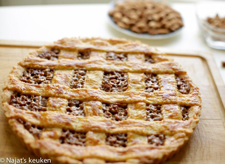 Hier zeg ik nooit nee tegen, heerlijke gekarameliseerde noten taart! De smaak is zo smeuïg, sappig en de noten maken het lekker knapperig. De karamel versterkt de smaak in deze heerlijke noten taart…