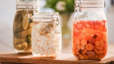 Opgelegde groenten in het zuur: wortel, augurken, radijzen en bloemkool