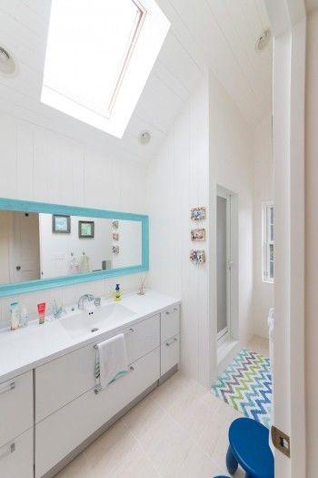 2階のバスルームは子どもたち用。明るい天窓と、ブルーのコーディネイトが爽やか。