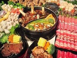 四川料理と言えば「麻辣火鍋」。中華山椒、唐辛子などの香辛料をベースとしたスープに野菜、肉団子、魚、鶏肉、臓物などを入れて煮込み、薬味を入れた胡麻油を付けて食します。白湯と麻辣のスープが選べる「鴛鴦火鍋」形式も多く見受けられます。