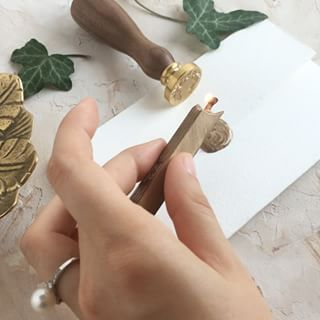 Here's a more traditional approach on how to make wax seals.✨We used the stamp with the beautiful Wreath motif. #weddinginvitations #invitatiinunta #papiradesign #papirainvitations