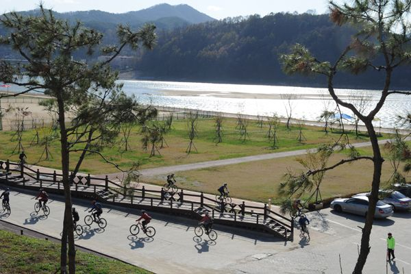The club people who are starting bicycle tour for save Geum river event [ 금강살리기 자전거 투어길에 오른 동호회 사람들 ]