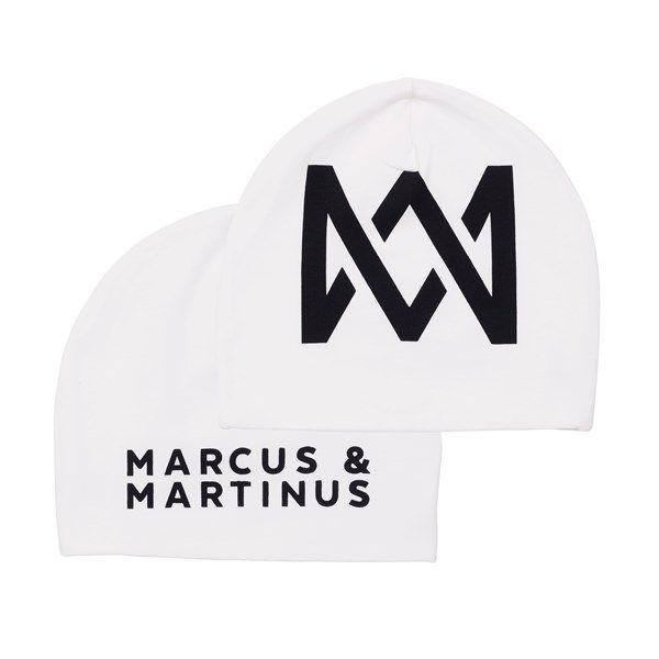 Superkul Marcus & Martinus lue. Passer både til jenter og gutter. One size. Dette offisielle Marcus & Martinus-produktet får du kun kjøpt hos Kid Interiør. Ved kjøp av Marcus & Martinus bomullsprodukter hos Kid Interiør støtter du ansvarlig bomullsproduksjon gjennom Better Cotton Initiative.Vi har det du trenger av gardiner, sengetøy, håndklær og interiør til hjemmet. Se vårt brede utvalg her – Kid Interiør