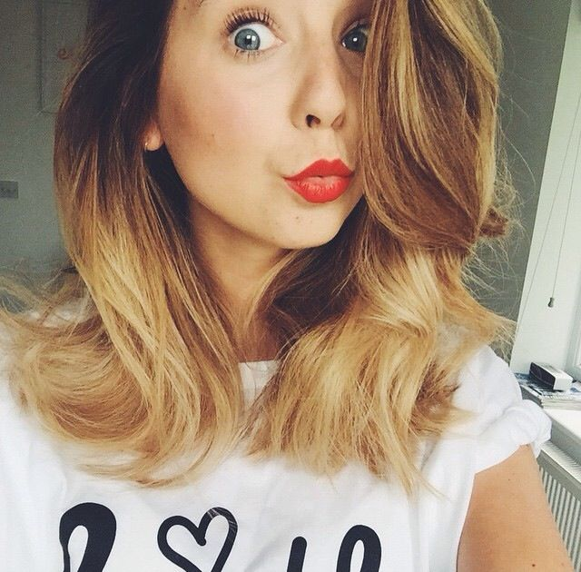 Elloh! I'm Zoë! I'm 19 years old and single! I'm from Brighton in the UK. I'm addicted to animals and love. I'm also known on YouTube as Zoella. Introduce?
