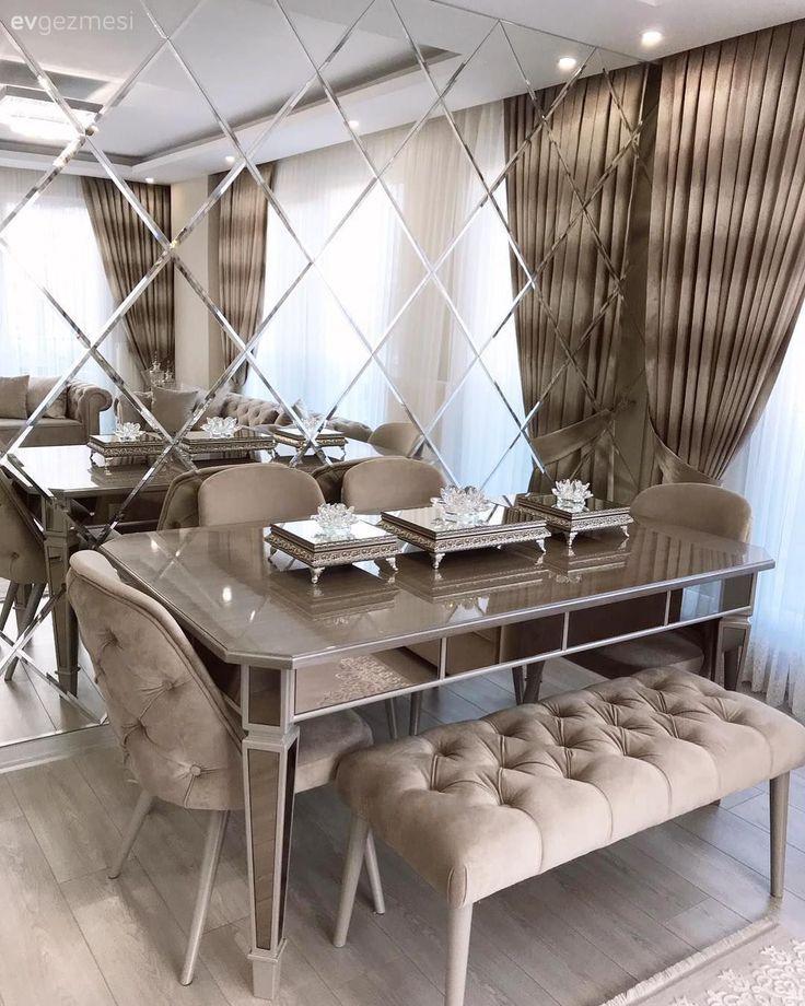 Diamantspiegel, Wohnzimmer, Bank, Steppen, gepolsterter Stuhl, Kapitalvorhang, Creme, Wandzusätze