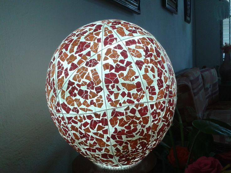 Linda pantalla para lampara de buro en color naranja y rojo elaborada con cascarones de huevo