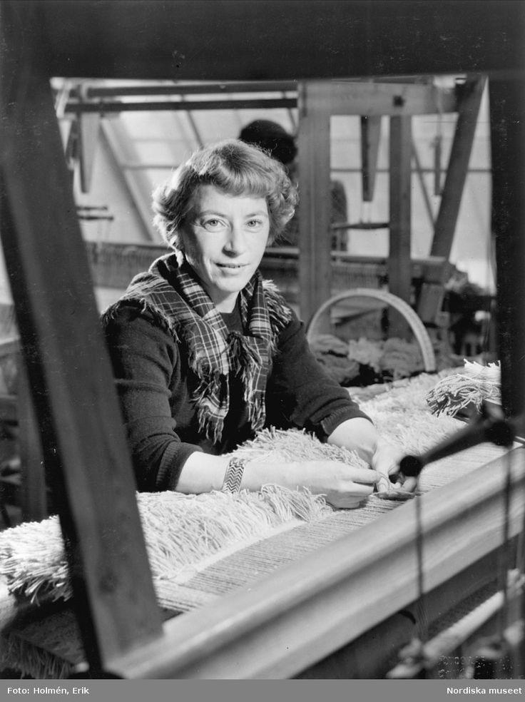 Textildesignern Viola Gråsten vid vävstol. @ DigitaltMuseum.se