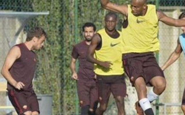 Roma: Salah si allena con la squadra... ma la foto scompare! Fino ad ora sembrava che si stesse allenando da solo con un preparatore in hotel, invece Mohamed Salah oggi pomeriggio si è allenato a Trigoria con i (futuri) compagni. In attesa che arrivi il transf #roma #salah #allenamento