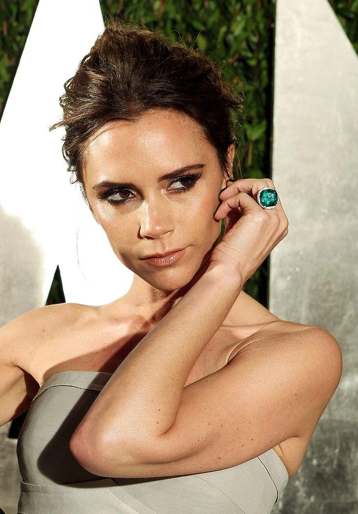 Victoria Beckham teve 13 anéis de noivado durante o casamento com o jogador David Beckham. Um dos nossos preferidos é esse modelo com esmeralda e diamantes, avaliado em 500 mil libras (Créditos: Getty)