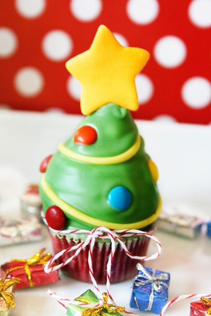 Christmas Tree Cupcakes - love this idea.  Could be adapted to other cupcake themes too