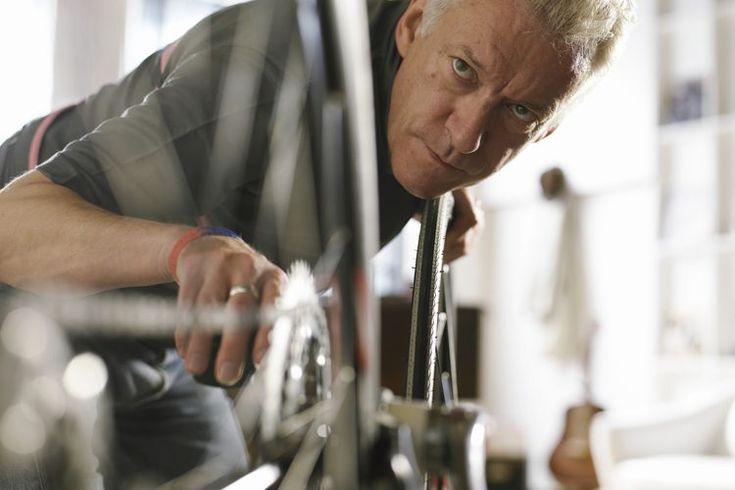 Cómo remover el óxido de la cadena de una bicicleta. El óxido y las cadenas de las bicicletas tienen una afinidad que parece diseñada para frustrar incluso a los ciclistas más fastidiosos. El acero utilizado para las cadenas de las bicicletas tiende a oxidarse, especialmente al ser expuesto a la ...