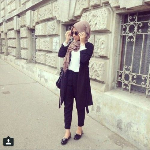black outfit with blush scarf- Neutral hijab outfit ideas http://www.justtrendygirls.com/neutral-hijab-outfit-ideas/