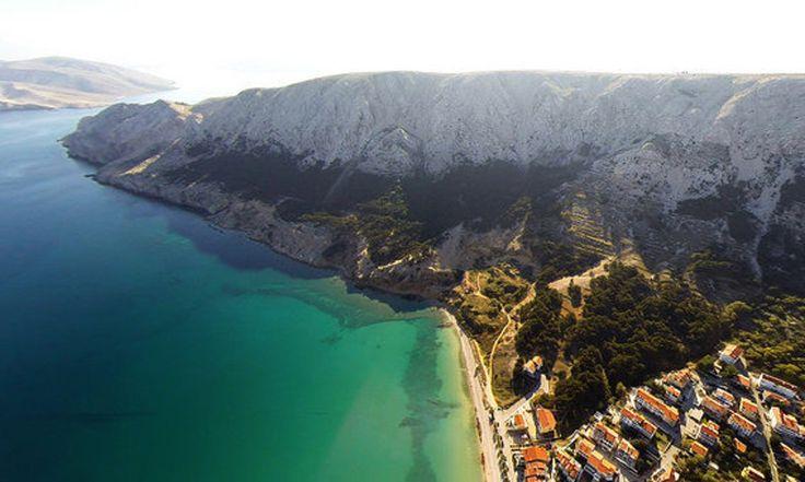 Chorvátske pobrežie Jadranu je členité a ponúka množstvo ostrovov a zátok s dokonalými plážami. Väčšinou sú kamienkové a štrkové, má však aj dostatok pieskových. Vybrali sme osem najlepších.
