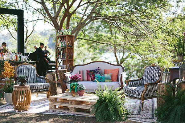 Decoração de casamento boho - lounge com mesa de pallet e samambaia ( Decoração: Tais Puntel | Local: Fazenda Lageado | Foto: Duo Borgatto )