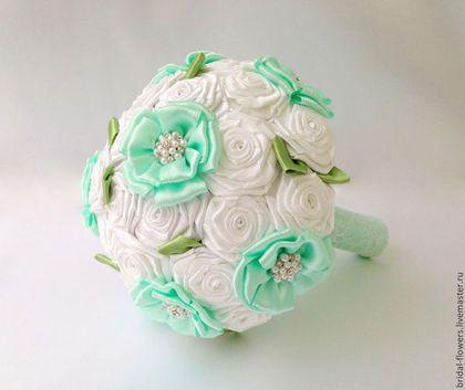 Купить или заказать Брошь букет-дублер невесты. Мятный в интернет-магазине на Ярмарке Мастеров. Оригинальный свадебный брошь-букет для невесты. Букет выполнен из различных цветов. Использован белый, мятный и зеленый цвет. Украшен брошками и кружевом. Букет очень легкий, крепкий. Отлично подходит для того, чтобы его бросать. Букет могу выполнить в любых цветах. Могу изготовить основной букет невесты большего диаметра и любые свадебные аксессуары.