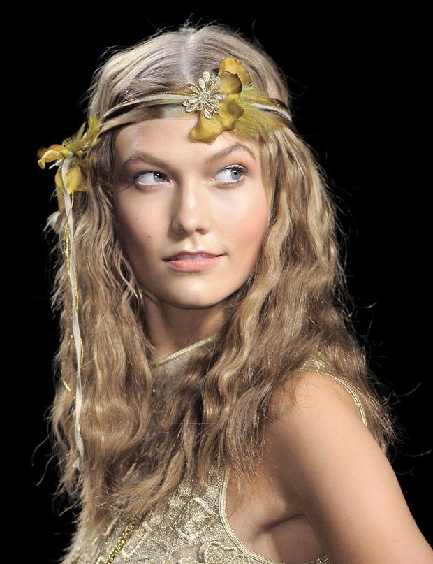 Les ondulations hippies du défilé Anna Sui On adore ces ondulations à peine suggérées dans une chevelure mi-longue. Vous les obtiendrez en appliquant un spray à base d'eau de mer sur vos cheveux mouillés, que vous froisserez dans vos mains en les séchant avec un sèche-cheveux. Une fois cette étape terminée, tracez une raie au centre de votre tête puis placez tout autour, au niveau du front, un headband avec de ...