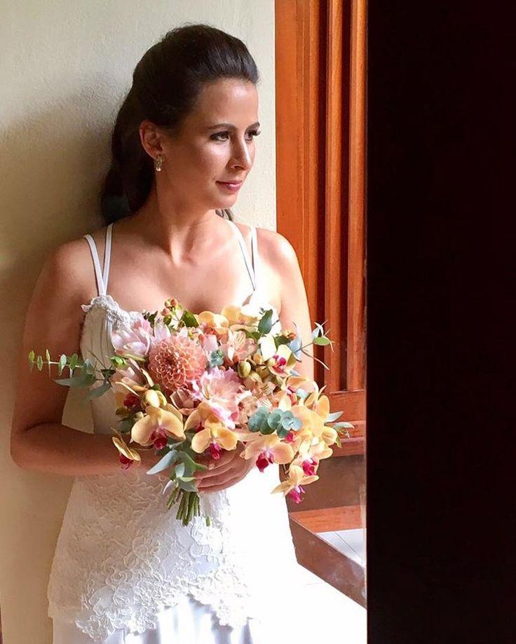 Noiva LINDAAA! 😍😍😍😍 composição floral do buquê de orquídeas e dálias! 😱😱😱💐💐💐#buquê #orquideas #dalias #noiva #lolo #casamento #decoracao #composiçaofloral #lillehusdecor #weddingdecor #wedding #decoration #flowers #bouquet #bouquetwedding #love