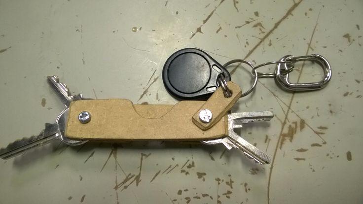 Chaveiro feito de madeira ao estilo de canivete suíço. Facilita selecionar a chave necessária e não evita que as pontas das chaves danifiquem o tecido de bolso.