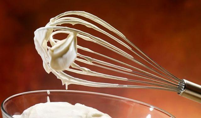 VIDEOnávod: Zabudli ste kúpiť šľahačku? Vyšľahajte ju z mlieka | 1 šálku plnotuč mlieka ¼ šálky vody ½ PL vanil esencie ¼ šálky prášk cukru 10 g želatíny Želatínu nasypte do vody a nechajte 5 minút napučať. Zahrievaním nechajte želatínu rozpustiť a následne pridajte do mlieka. Miešajte, kým sa obe tekutiny nespoja. Pridajte vanilkovú esenciu a podľa chuti cukor. Hotovú zmes dajte stuhnúť do chladničky minimálne na hodinu. Následne zmes vyšľahajte a a šľahačka je na svete.
