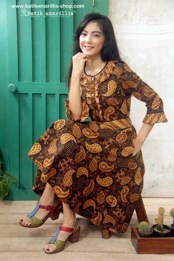 Batik Amarillis's Romancia dress Tap into Batik Amarillis's ultra-feminine aesthetic  with this frill and bell sleeved dress,cut to 1950 and 1960s-inspired silhoutte,the bodice is accented with vertical frill while full skirt to add drama to the dress