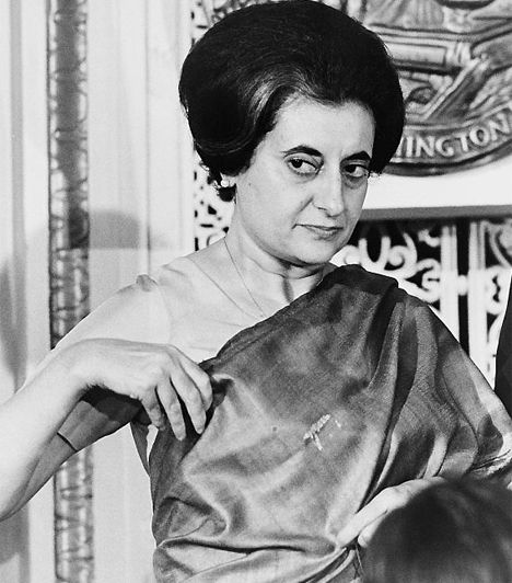 Indira Gandhi (1917-1984) Indiában 1966-ban az első miniszterelnök, Dzsaváharlál Nehru lánya, Indira Gandhi került a gazdasági problémákkal és a robbanásszerű népességnövekedéssel küszködő ország élére. 11 év múlva, 1977-ben leváltották ugyan, de 1980-ban ismét megválasztották. 1984-ben egy szikh merénylet áldozata lett.