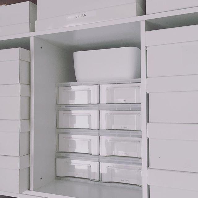 Instagram media by cb.home - . ▫️リビング押入れ▫️ ここだけ見ると真っ白!😳 少し前にセリアで引き出しを買い足し計8個に✧︎*。 横置きのカラーボックスに気持ち良くハマるサイズで気に入っています✧︎*。 中にはペンやハサミなどが入ってます( ˊᵕˋ* ) . . #whiteinterior #storage #storagebox #organized #minimal #simpleinterior #minimaldecor #並べる #収納 #片付け #白 #ホワイトインテリア #セリア #100均 #カラーボックス #賃貸インテリア #賃貸収納 #押入れ #リビング収納 #シンプルインテリア #引き出し #すっきり暮らす