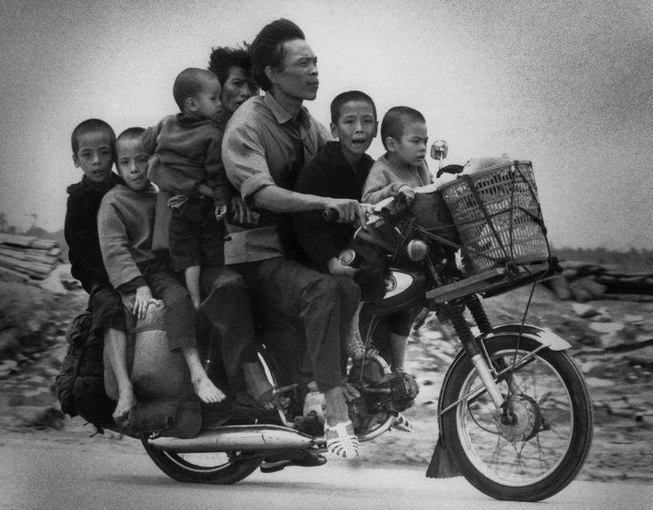 IlPost - Una coppia di vietnamiti con i loro cinque figli in bicicletta, 19…
