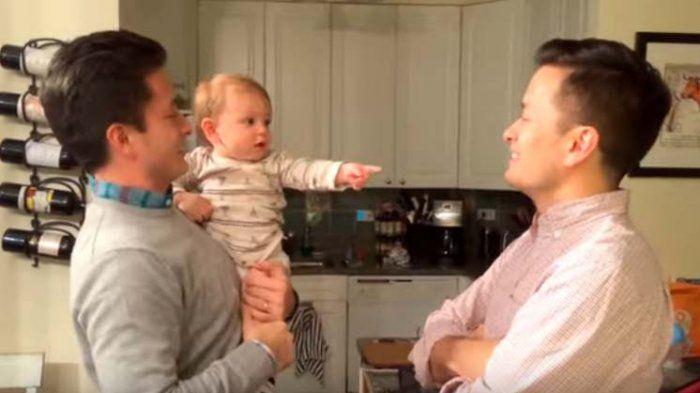Punya Ayah Kembar, Bayi Ini Kebingungan Mau Pilih Mana, Lihat Reaksi Galaunya!