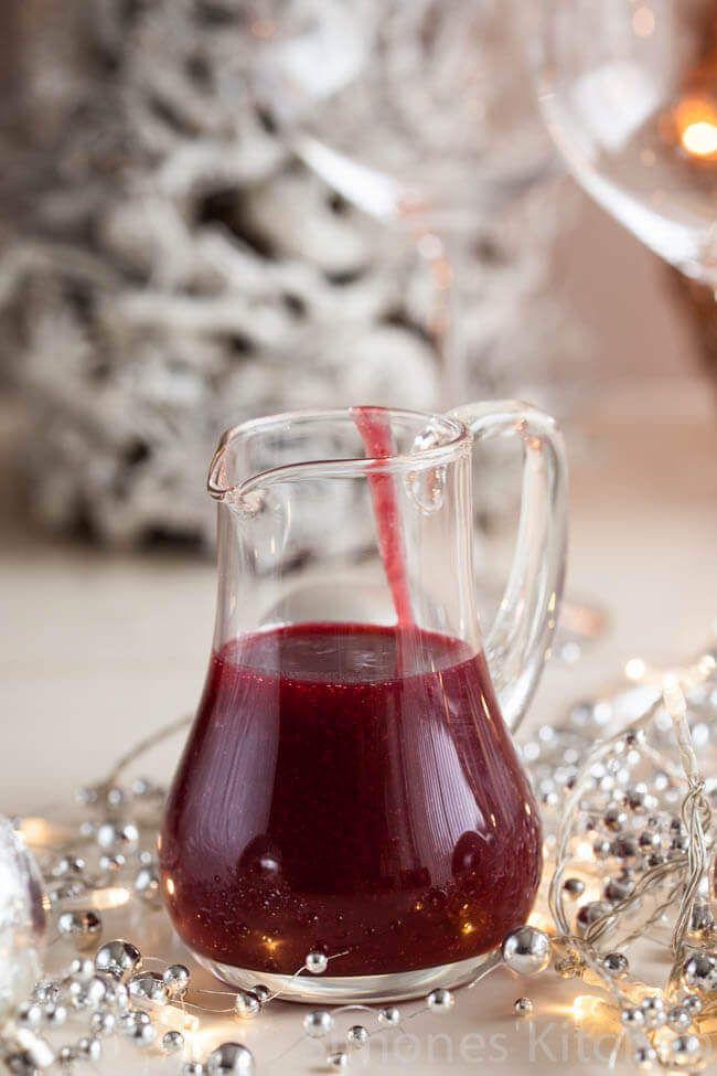 Zoek niet verder als je het ultieme cranberry saus recept nodig hebt, want je hebt hem gevonden. Eenvoudig, lekker en past overal bij!