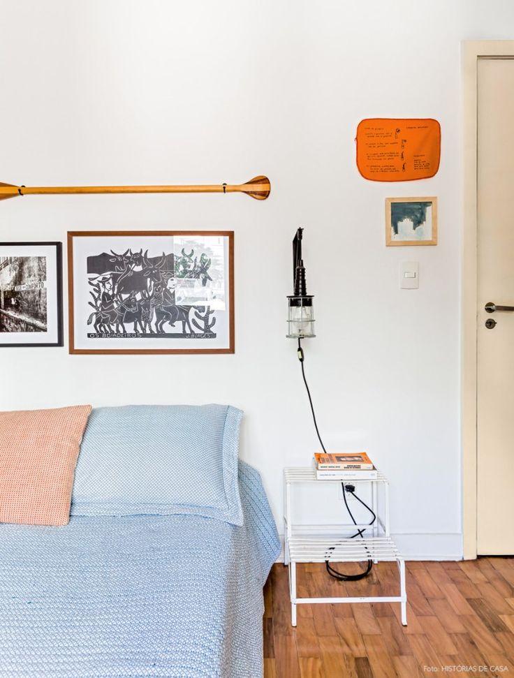 A escadinha de ferro vintage é usada como criado mudo nesse quarto de casal.