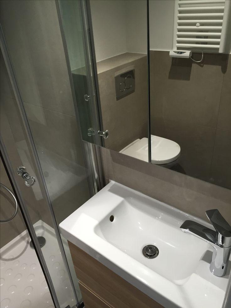 Optimisation maximale pour la salle de douches de ce studio sous les toits.