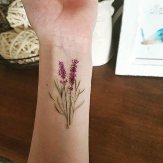 Estes delicados ramos de lavanda.   22 tatuagens florais que são extremamente delicadas