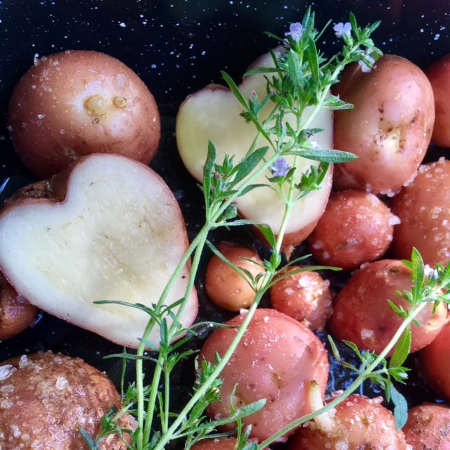 Naše prvé zemiaky! Pečené s kuraťom na ohni v jednom hrnci, pikantné, voňavé, chutné.