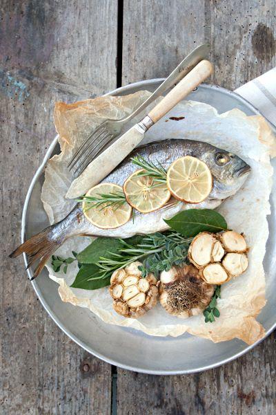 Ricetta Pesce al forno al limone con aglio arrostito - Labna