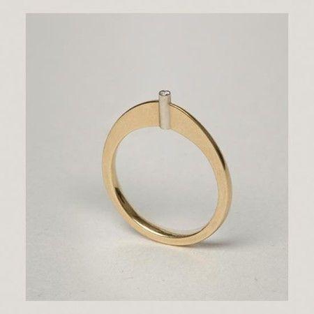 Lia Di Gregorio ring / Simplicidade / Existe poucas unidades formais neste objeto de desenho simples e delicado.