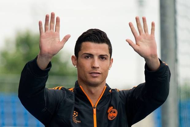 CR7 Ditawar PSG 150 Juta Euro   Cristiano Ronaldo yang biasa di panggil CR7, pemain yag saat ini membela Real Madrid kini ditawar oleh PSG dengan angka sebesar 150 juta Euro. Demikian yang diekspos oleh Globoesporte yang juga menuturkan, club Paris mengagendakan dapat merebut CR7 dari Real Madrid pada musim panas 2016....  Sumber : http://www.kioopo.com/cr7-ditawar-psg-150-juta-euro-4935