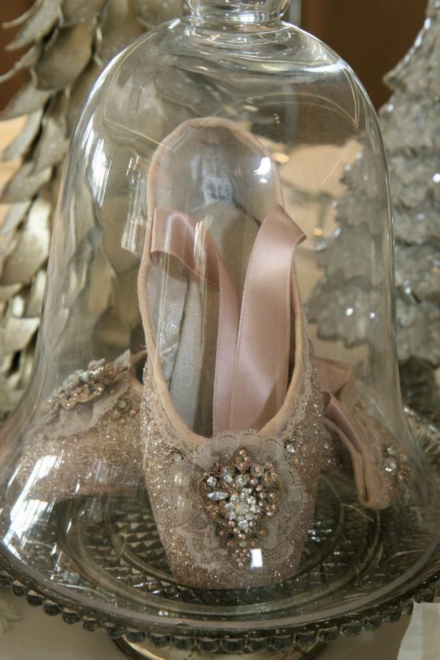 balletschoentjes met linten onder kleine stolp