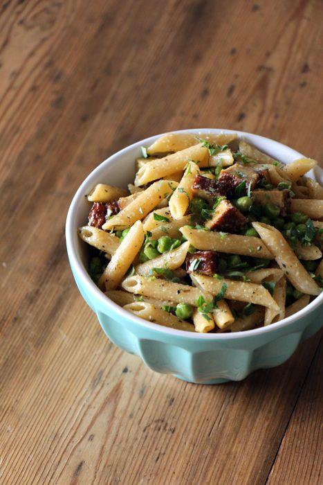 Veggie-Nudelsalat mit Erbsen und Räuchertofu