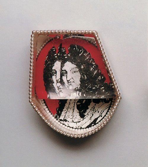 Eva Tesarik Brooch: Louis, 2004 Silver, rock crystal, brass, laquer 5 x 3 cm: