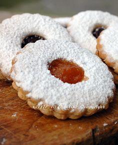 Ciambelline sarde con marmellata, biscotti morbidi di pasta frolla, dolci da colazione o merenda, biscotti doppi farciti semplici e buoni, ricetta sarda, dolci